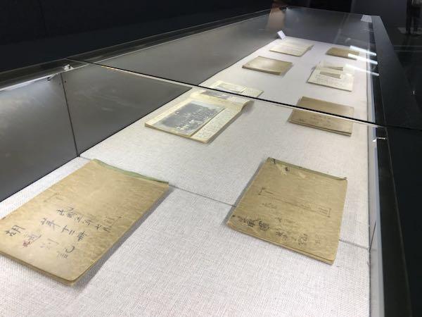 """""""亚东图书馆遗珍——陈独秀、胡适重要文献特展""""展览现场。"""