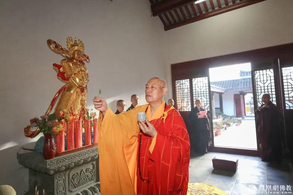杨枝净水遍洒道场(图片来源:凤凰网佛教 摄影:普陀山佛教协会)