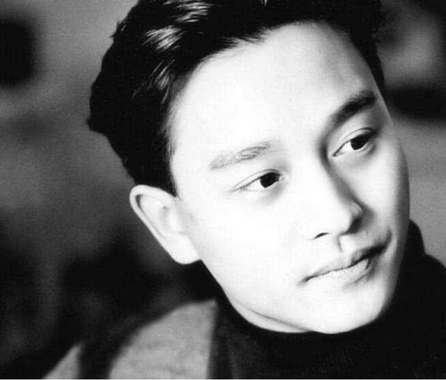 张国荣去世17年,唐鹤德晒旧照怀念,伞下搂肩微笑