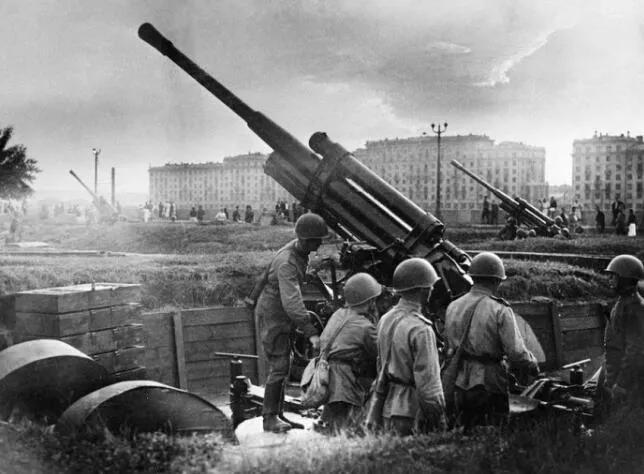 上图_ 莫斯科保卫战期间,莫斯科高尔基文化公园,苏联士兵准备高射炮回击德国轰炸机。(1941)