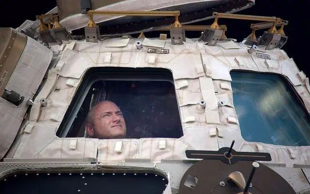 他在太空中飘了一年,完成了400多项科学实验