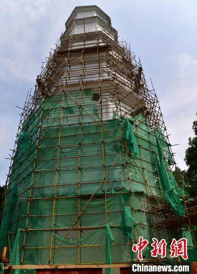 图为正在进行修缮的福州于山报恩定光多宝塔。 张斌 摄