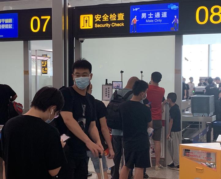 重庆机场开设4个男性专用安检通道。重庆机场供图