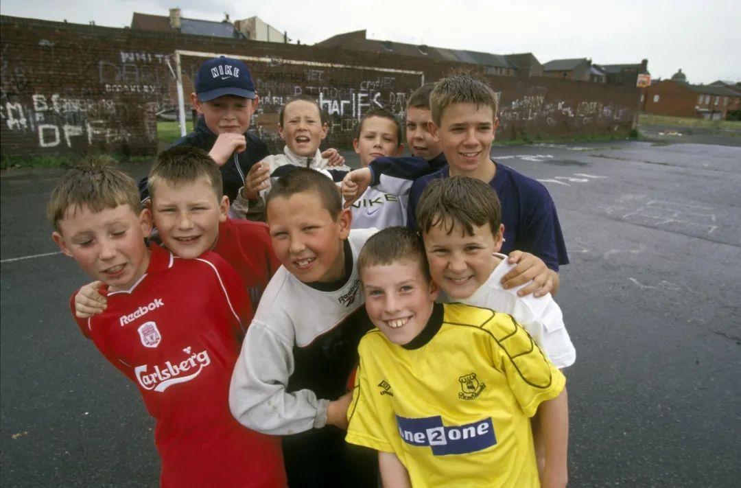 2000年,踢球的英国男孩。前排球衣可以看到有锐步和茵宝。/图虫创意