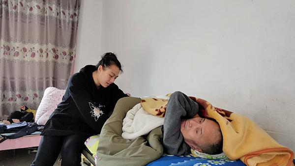 福州95后孝女带父出嫁,照顾截瘫父亲18年