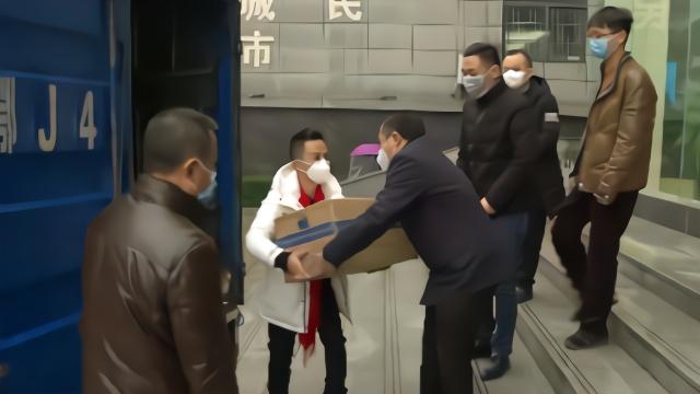 他返乡见口罩难买 租车运来10万只口罩捐赠