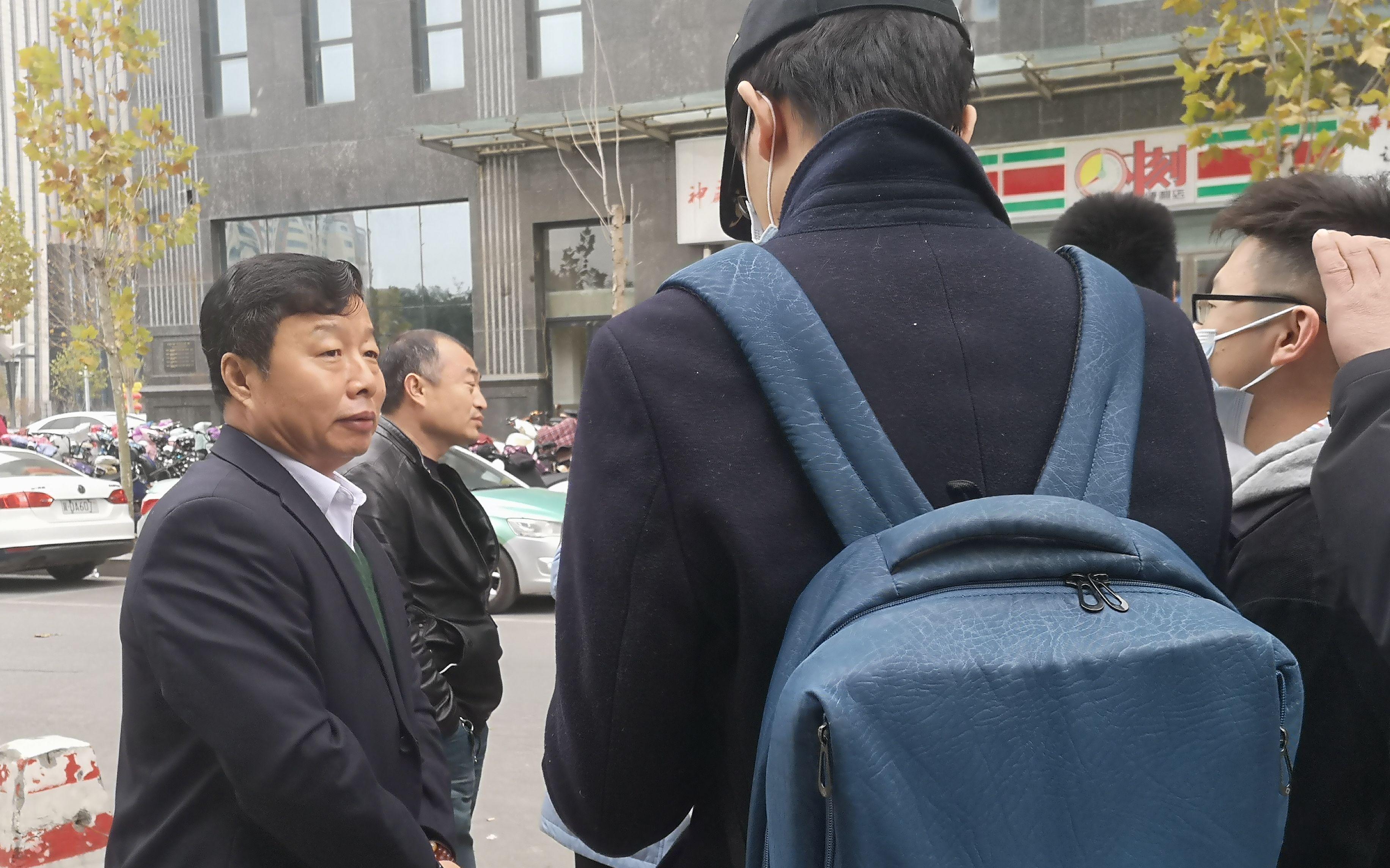 王书金的辩护律师朱爱民接受采访。新京报记者 李桂 摄
