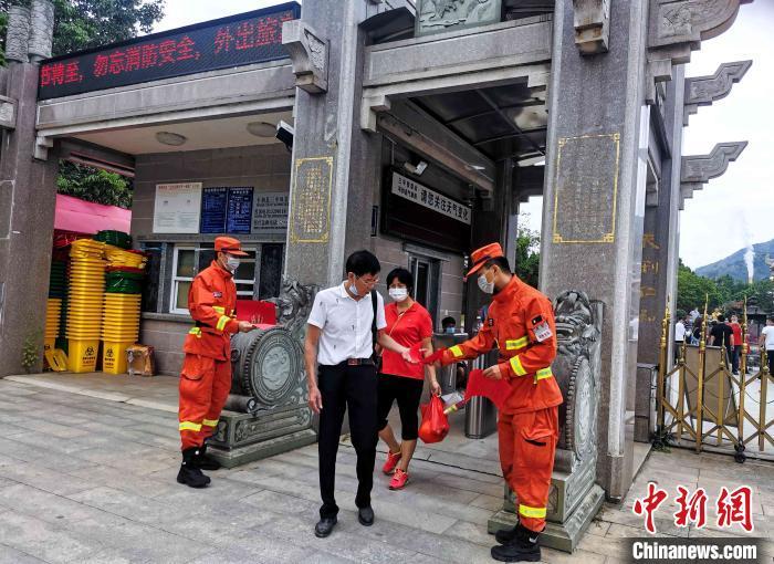 图为森林消防指战员向游客发放防火宣传单。漳州森林消防 供图