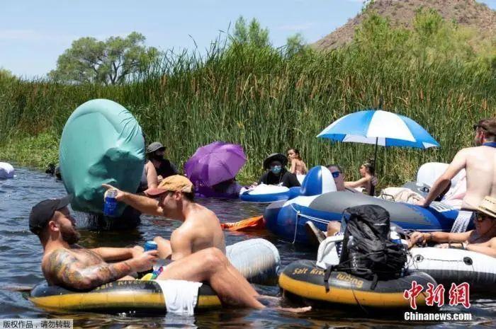 当地时间6月27日,美国亚利桑那州民众在河道漂流消暑。图源:中新网