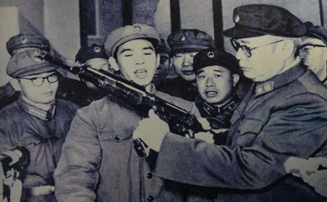 ▲叶剑英在试用56式冲锋枪