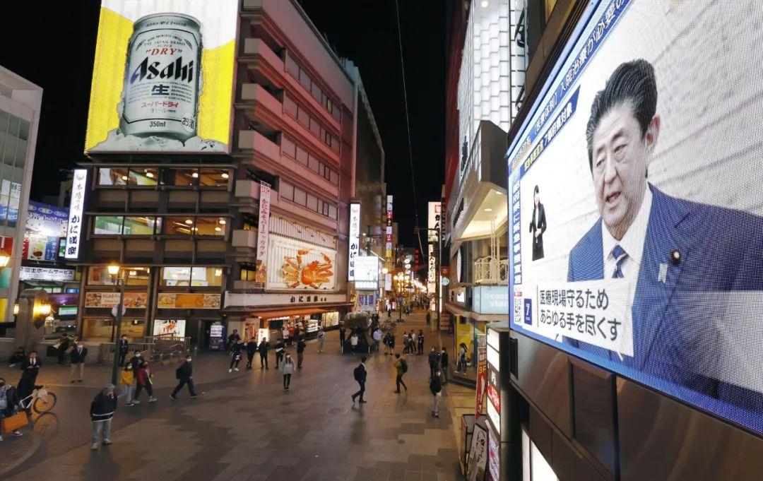2020年4月7日,在日本大阪,电子显示屏正在播放日本首相安倍晋三发布紧急事态宣言的新闻。新华社/共同社