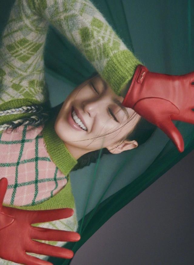 张雨绮魅力爆棚,穿绿色碎花上衣配格子包臀裙,造型清新似少女