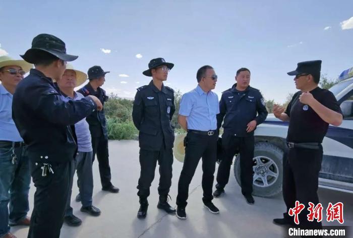 图为格尔木警方正在展开调查。大格勒乡供图