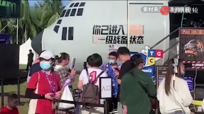 """情侣蹭展会飞机拍""""电竞感""""婚纱照:因游戏相识相恋"""