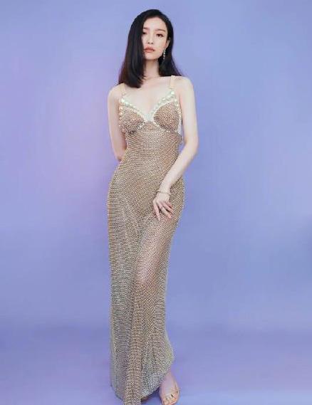 名门泽佳:倪妮新造型太绝!一袭珍珠吊带裙秀身材曲线效果性感优雅