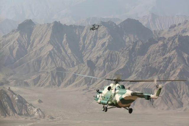 ▲武装直升机为运输分队护航