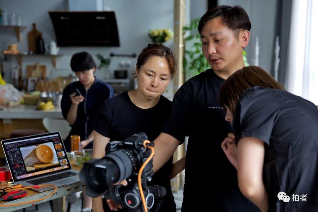 ▲6月28日,大永與妻子(左二)討論拍攝方案。