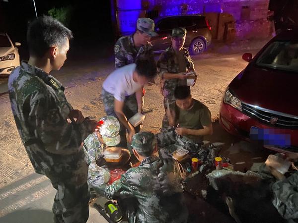 9个多小时后,在村里布控的民兵才吃上盒饭。