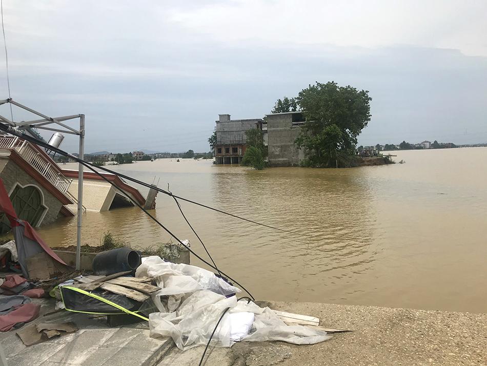 荻溪村的决堤口,四栋房子被洪水冲走