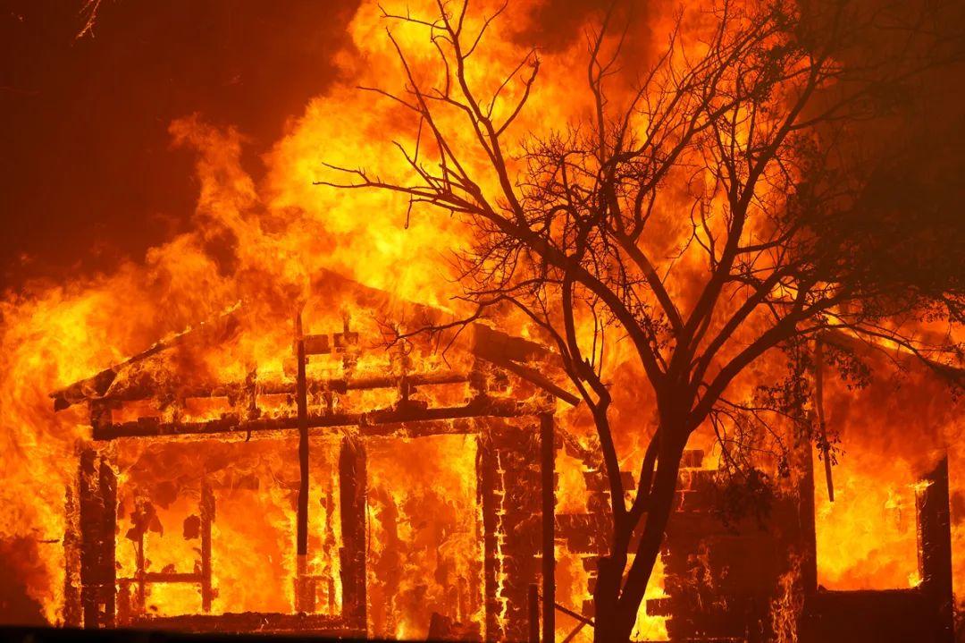 火灾导致大量房屋被烧毁 图源:新华社