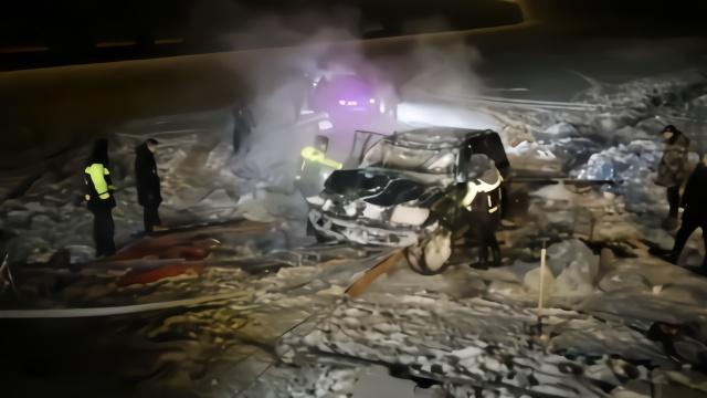 拉力赛车辆抛锚,越野车救援反坠冰