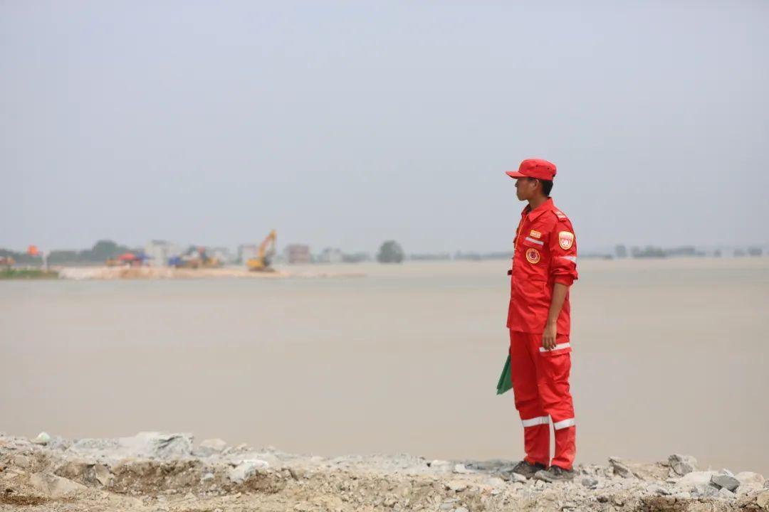 救援人员时刻盯着石料倾倒进程,以便放行其余车辆。