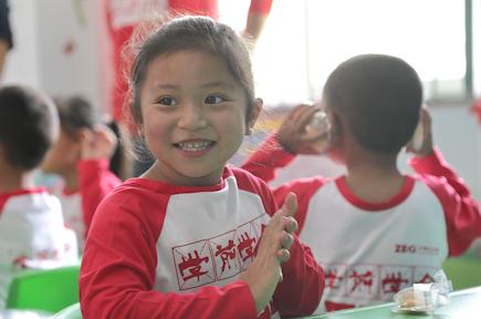 """彝族孩子飞翔的翅膀:""""学前学会普通话""""公益项目托起大山里的希望"""