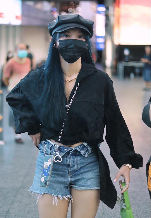 程潇最新机场私服,暗黑风穿搭个性显身材,腿型太好看了