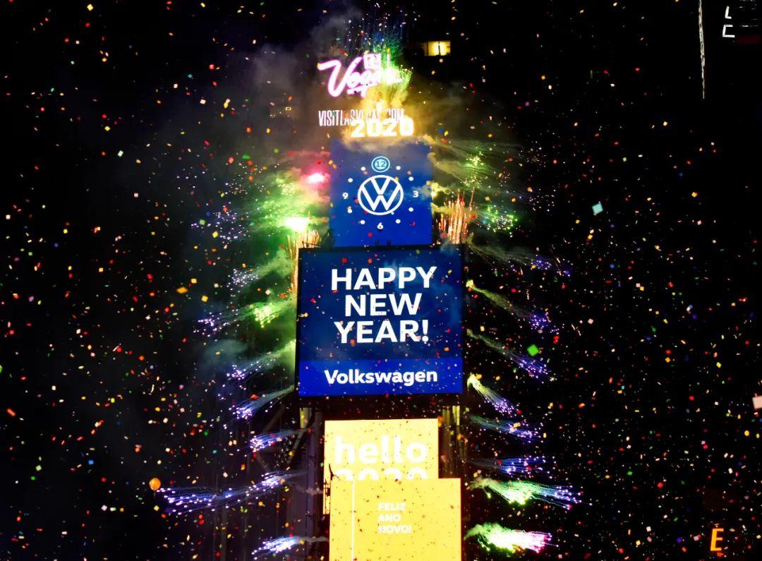 """2020年1月1日,美国纽约时报广场大屏幕显示""""新年快乐""""的字样。 新华社发"""