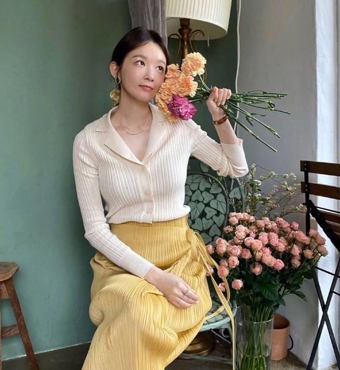 韩国爱豆姜敏京的气质穿搭,这样穿温柔又时尚,做最耀眼的少女