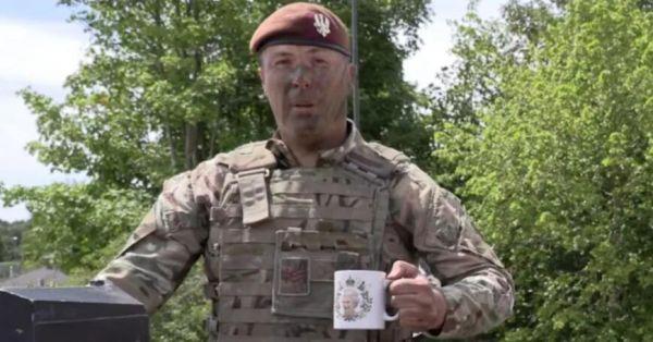 英军示范正确的泡茶方法。