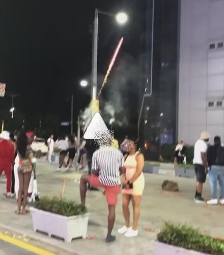 外国人在釜山海云台燃放烟花爆竹
