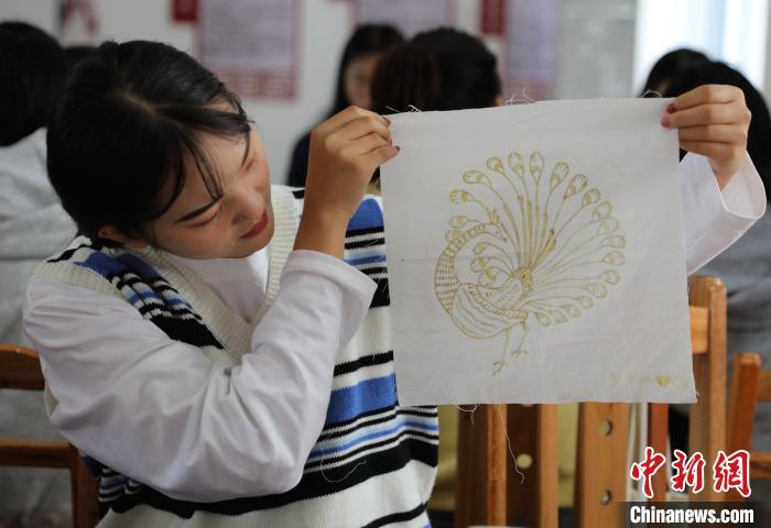 学生在展示蜡染作品。 韦鼎标 摄