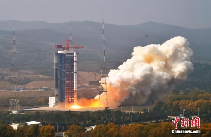 北京时间9月27日11时23分,中国在太原卫星发射中心用长征四号乙运载火箭,以一箭双星的方式成功发射环境减灾二号A、B卫星。长征四号乙运载火箭点火起飞。张永江 摄