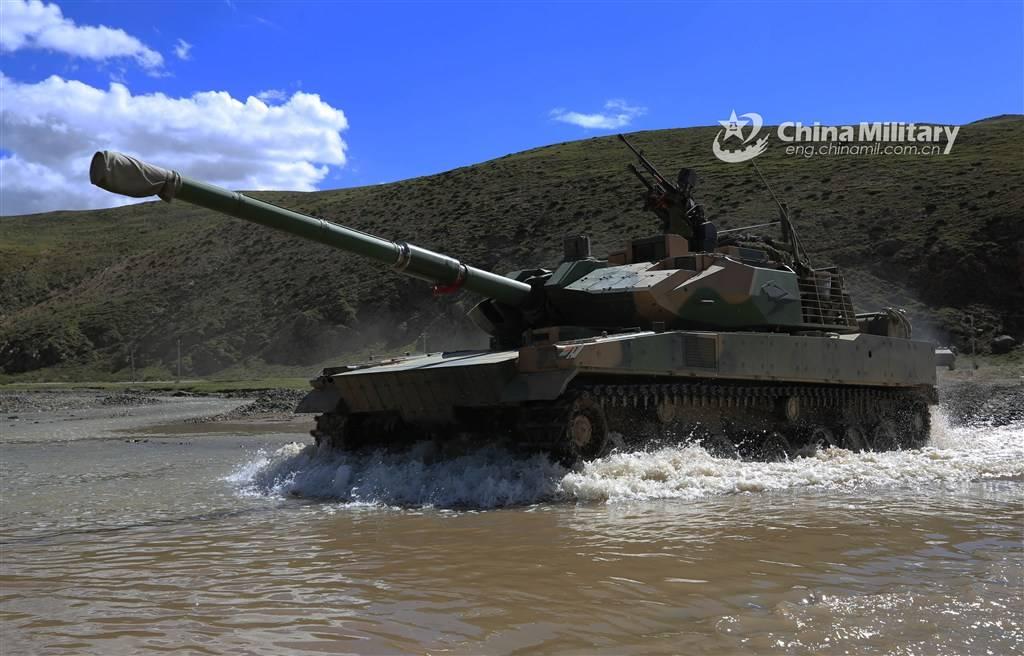 不久前西藏军区某合成旅演练中的15式轻型坦克 图源:军网英文版