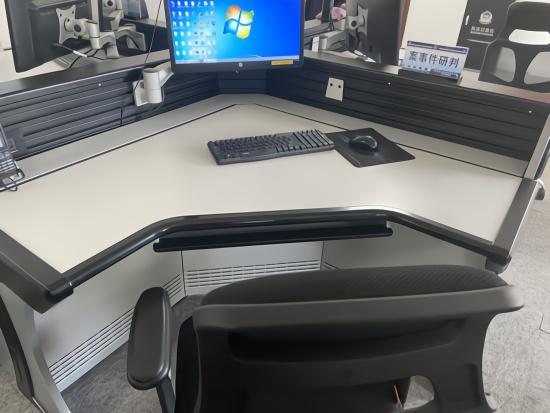 民警王涛生前的办公桌,临走匆忙,电脑还开着。本文图均为澎湃新闻记者 赵思维