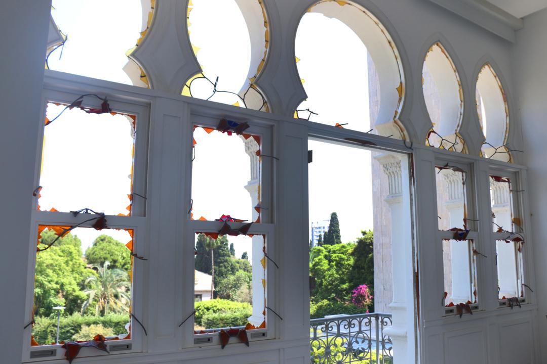在贝鲁特爆炸中遭受重创的苏尔索克宫别墅正面的所有彩色玻璃窗都被震掉了