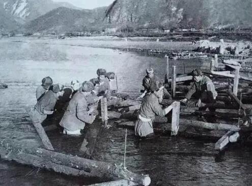 上图_ 金城战役中架桥在金刚川的志愿军