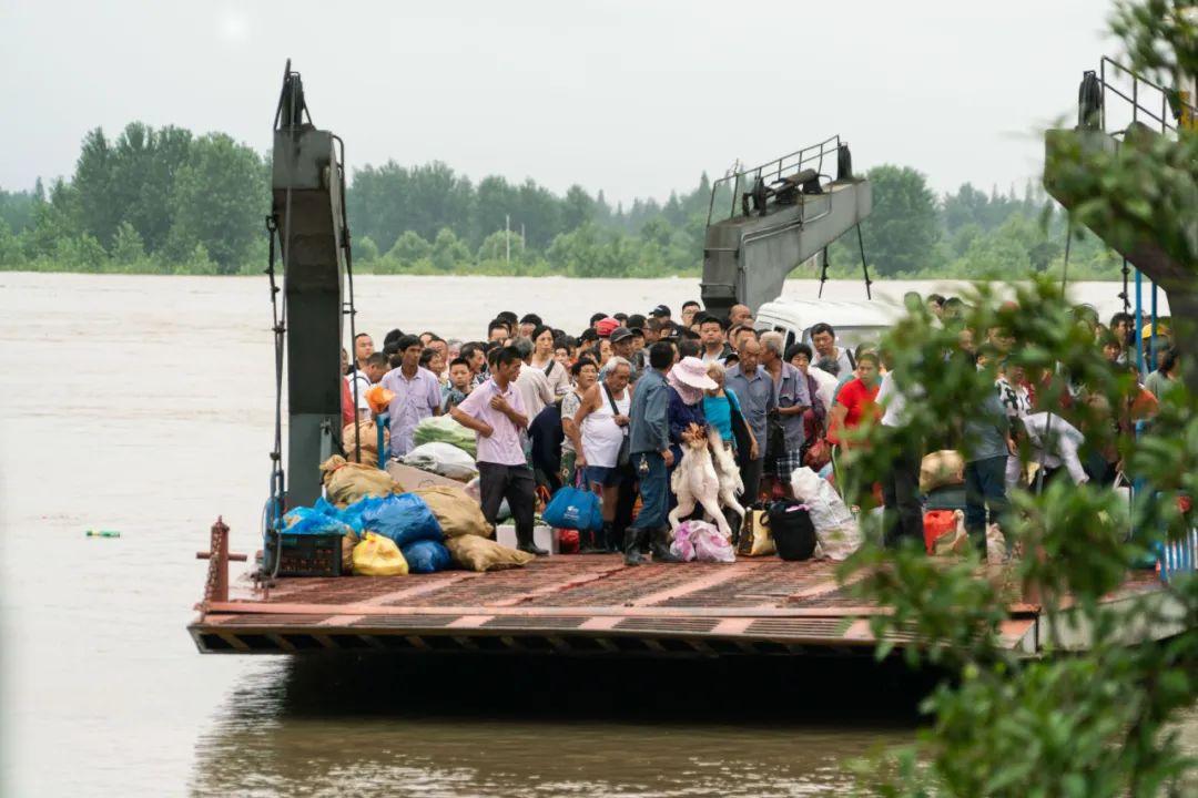 轮渡载满从江心洲撤离的群众。 摄/宛瑾