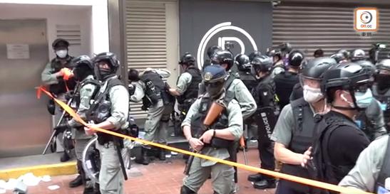 """【一多秀直播大厅 报价】_网媒将暴徒袭警说成""""市民合力击退落单警"""" 香港警队震怒"""