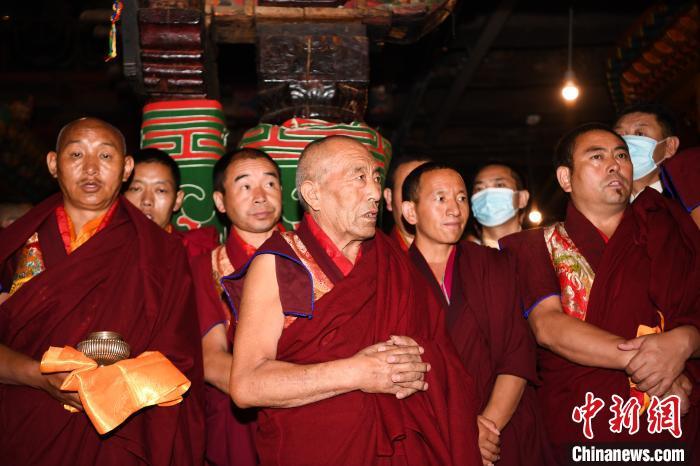 8月3日清晨,大昭寺僧众诵经,祈祷国泰民安、风调雨顺。 何蓬磊 摄