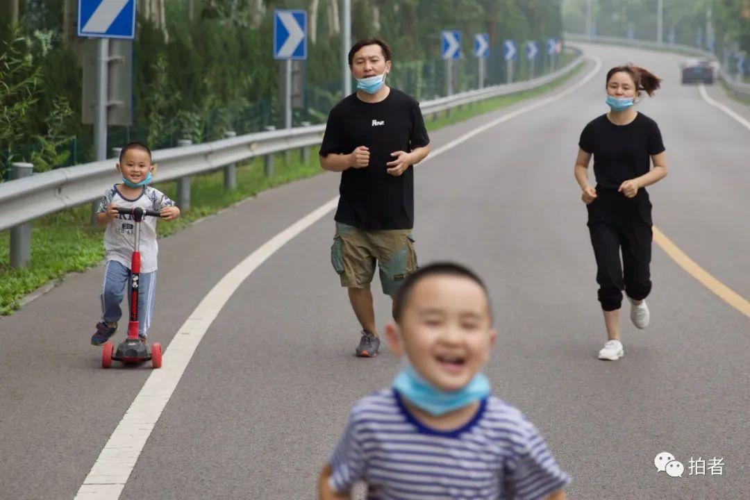 ▲7月11日,河北燕郊,大永與妻子帶兩個兒子到潮白河堤玩耍。