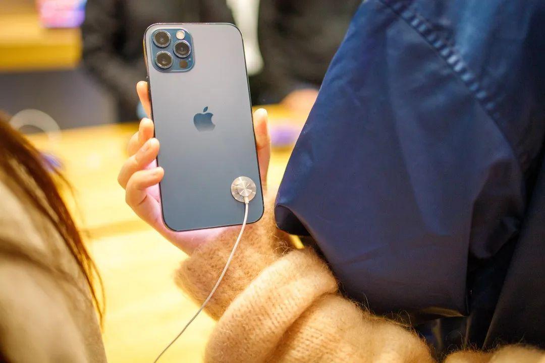 "iPhone 12首批用户成""小白鼠"",""信号故障""躺枪者无数"
