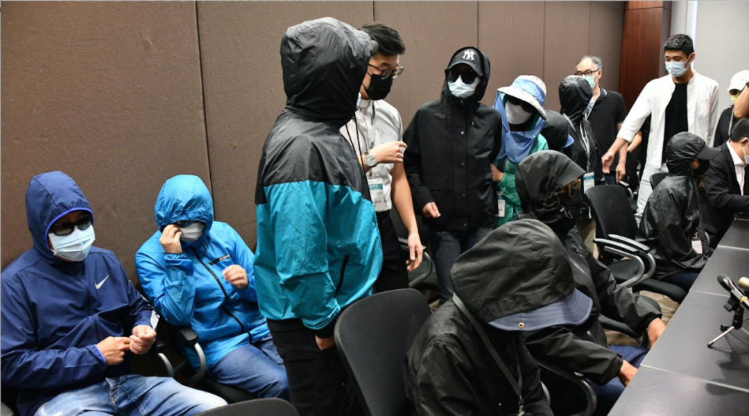"""自称被捕者""""家属""""的人士在反对派议员安排下召开记者会。图源:港媒"""