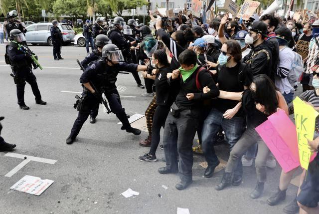 (图说:5月30日,在美国洛杉矶,示威者与警方发生冲突。图源/新华社)