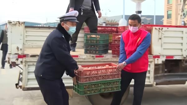 暖心!村民从养殖场拉了一车鸡蛋送交警