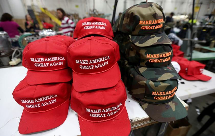 """卡森卡利名人堂工厂车间的帽子。这家帽子和服装制造商以生产·特朗普的""""让美国再次伟大帽子而闻名。洛杉矶时报.jpg"""