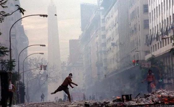 2001年12月,阿根廷城市暴动。