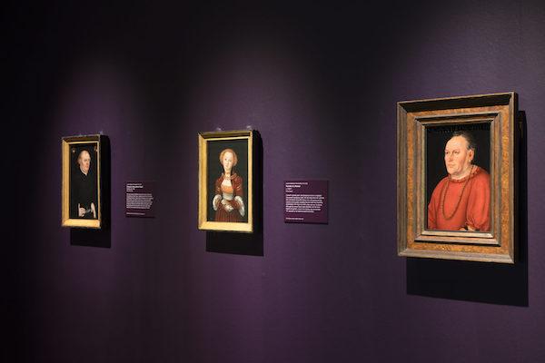 """左:克拉纳赫,《人物肖像》,约1530年代早期。这件肖像的顶部徽章被认为是马尔堡大学第一任校长约翰·费格(Johann Feige)所有,因为马丁·路德的关系,克拉纳赫和约翰·费格可能相识。克拉纳赫的""""翼蛇""""徽章签名出现在人物手臂下方;中:克拉纳赫,《女子肖像》,约1525-1527;右:克拉纳赫,《西格蒙德·金斯费尔特肖像》,约1530,木版油画(从简单的服装看,他可能是一位较低级的贵族或公民行政人员)"""