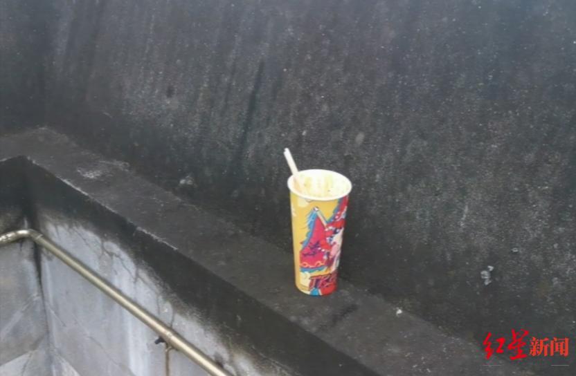 ↑楼顶遗留的纸杯
